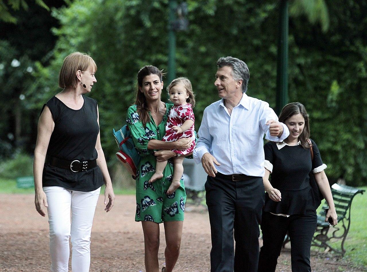 File mauricio macri junto a juliana awada y su hija for Arboles de jardin
