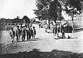 Mieszkańcy Białowieży wracający z niedzielnego nabożeństwa przed 1903.jpg