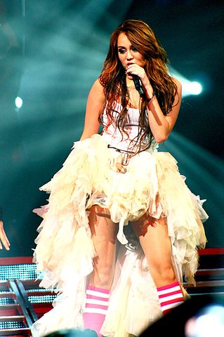 Miley Cyrus Wonder World concert at Auburn Hills 06 (cropped).jpg