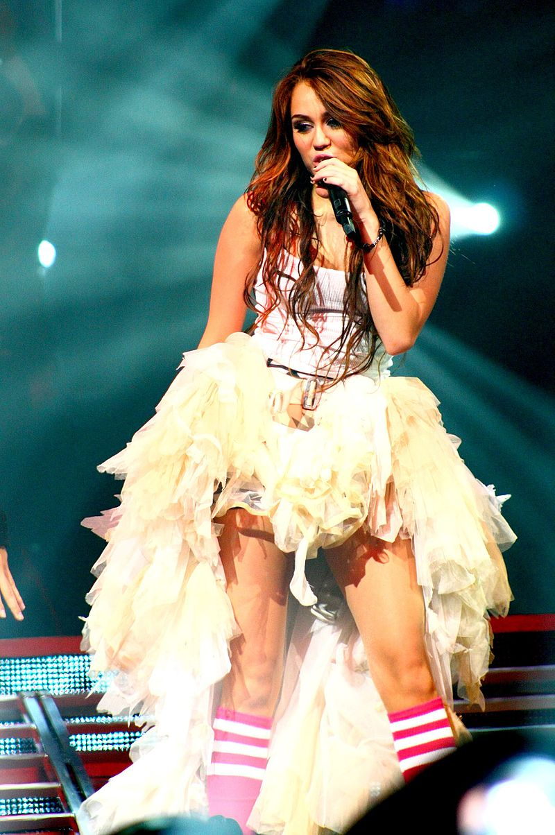 Miley Cyrus Wonder World concert at Auburn Hills 06 (cropped).jpg