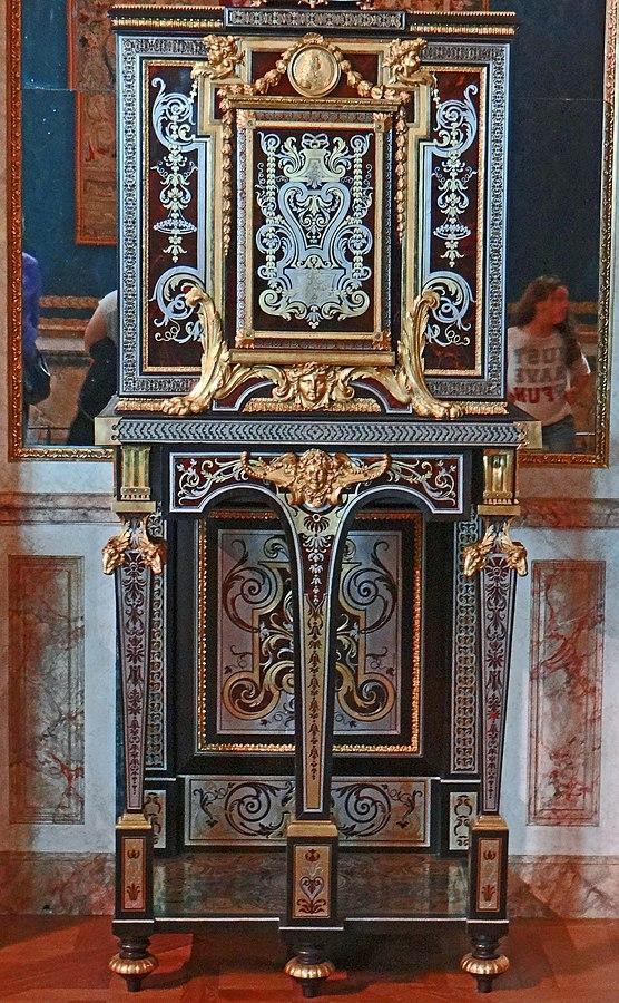 Cabinet sur piètement avec médaillon à l'effigie de Louis XIV