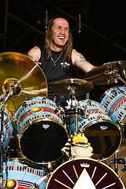 Nicko McBrain Iron Maidenin konsertissa Somewhere Back In Time-kiertueella vuonna 2008.