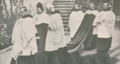 O abade Bossard Maria Eisiedelu, que proferiu a alocução na cerimónia do casamento, a caminho da igreja - Ilustração Portugueza (22Set1913).png