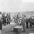 Olympische Revanches Olympisch Stadion. Fanny Blankers-Koen ontvangt oorkonde va, Bestanddeelnr 905-2586.jpg