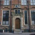 Overzicht van de ingangspoort in de voorgevel, met daarboven een gevelsteen met zwaan en het jaartal 1632 - Voorburg - 20379131 - RCE.jpg