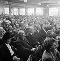 Overzicht van een zaal met zittende mensen op klapstoelen, Bestanddeelnr 255-8558.jpg