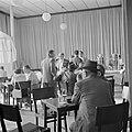Parlementsleden in de kantine van de knesseth in Tel Aviv gevestigd in een biosc, Bestanddeelnr 255-1339.jpg