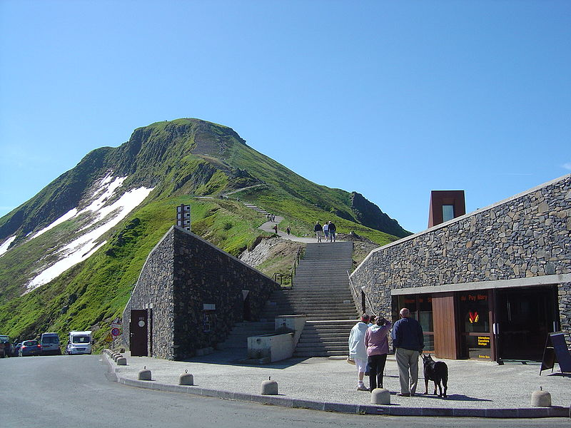 """L'ascension du Puy Mary vire au """"cauchemar"""" 800px-Pas_de_Peyrol_et_Puy_Mary"""