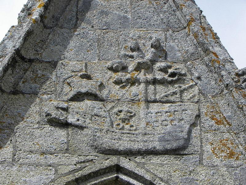 Extérieur de l'église Saint-Nonna de Penmarc'h (29). Sculpture de bateau ornant un pignon.