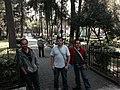 Personas que se encontraban en la plaza de San Jacinto en San Ángel, tres de las seis personas que estaban accedieron a aparecer y posar para la foto. Enfrente del escenario y de la fuente de la plaza.JPG