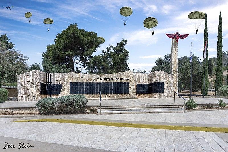 אנדרטת הצנחנים תל נוף