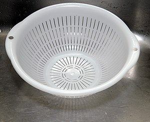 English: A plastic colander in a stainless kit...