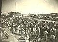 População esperando o primeiro trem da Cia.Paulista em Marília no ano de 1928.jpg
