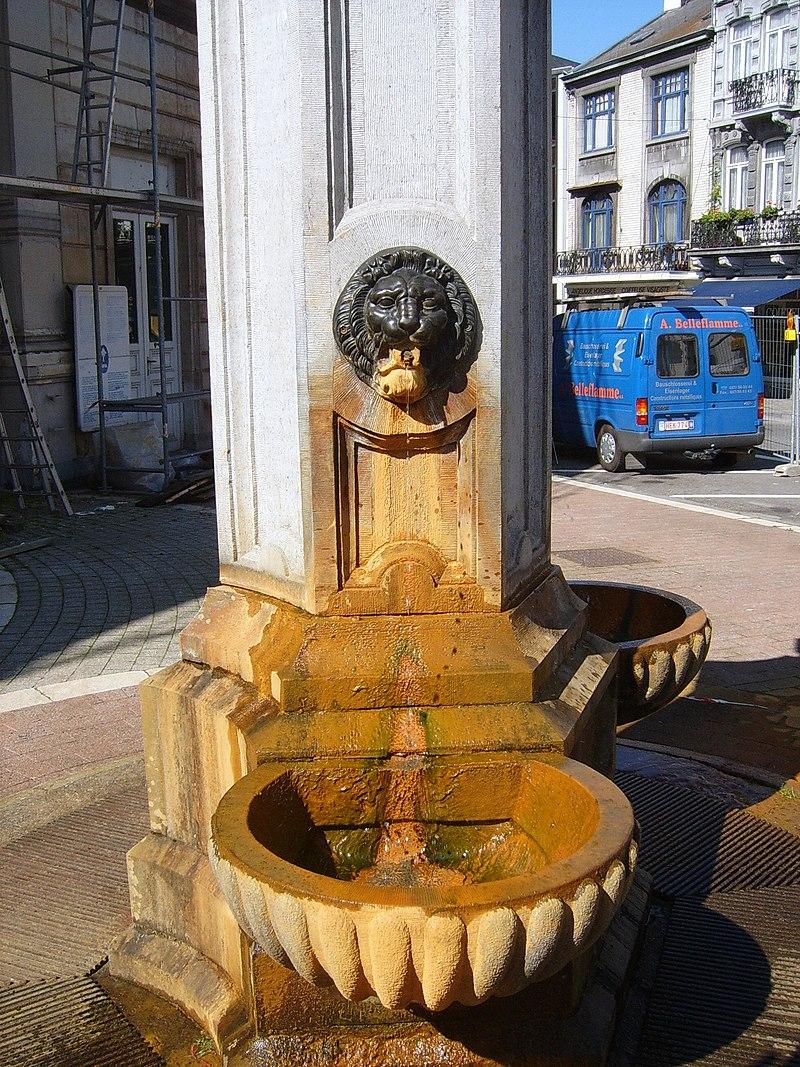 L'eau 800px-Pouhon_des_Armes_d%27Autriche01