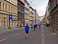 Pražský maraton, Vltavská, běžci k občerstvovací stanici.jpg