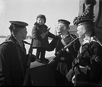 PPD-40 - Sailors of the Baltic Fleet armed with PPD-40 (left two) and PPSh-41 (rightmost) in May 1943.