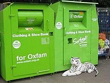 Contenitori di vestiti usati e scarpe di Oxfam