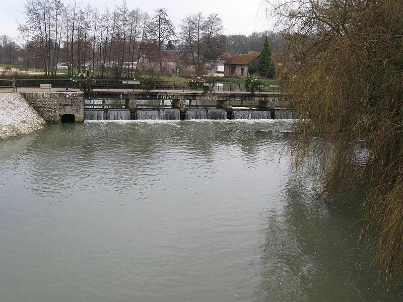 Rogny-les-Sept-Écluses; le Loing quitte le canal de Briare; vue vers le sud-est.