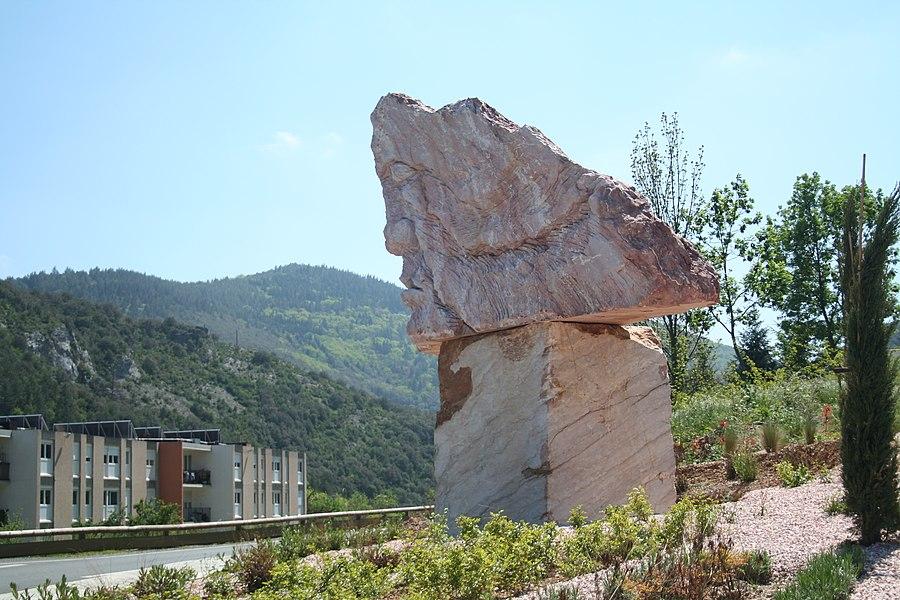 Saint-Pons-de-Thomières (Hérault) - bloc de marbre évoquant un visage - monument au Marbrières de Saint-Pons