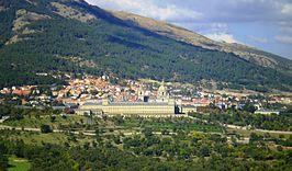 Vista general de San Lorenzo de El Escorial en las laderas del Monte Abantos, desde la Silla de Felipe II