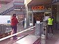Schweiz COVID-19 Schutzmassnahmen beim Einkauf.jpg