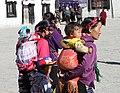 Shigatse-Tashilhunpo-10-Vorhof-Pilgerinnen mit Kindern-2014-gje.jpg