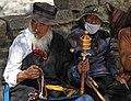 Shigatse-Tashilhunpo-36-Mann mit Hut Bart Gebetskette Gebetsmuehle-2014-gje.jpg