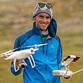 Simon Straetker mit Drohne.jpg