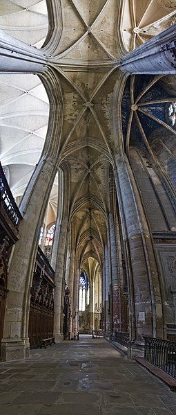 Fichier:South ambulatory, cathedrale Saint-Étienne, Toulouse (Vertical panorama).jpg