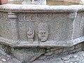 Tête entre pilastres sur le pourtour de la fontaine.JPG