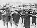 Tatarscy ochotnicy w strojach cywilnych podczas ćwiczeń (2-1990).jpg