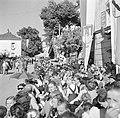 Toeschouwers zitten klaar voor de optocht bij de oogstfeesten, Bestanddeelnr 254-1891.jpg