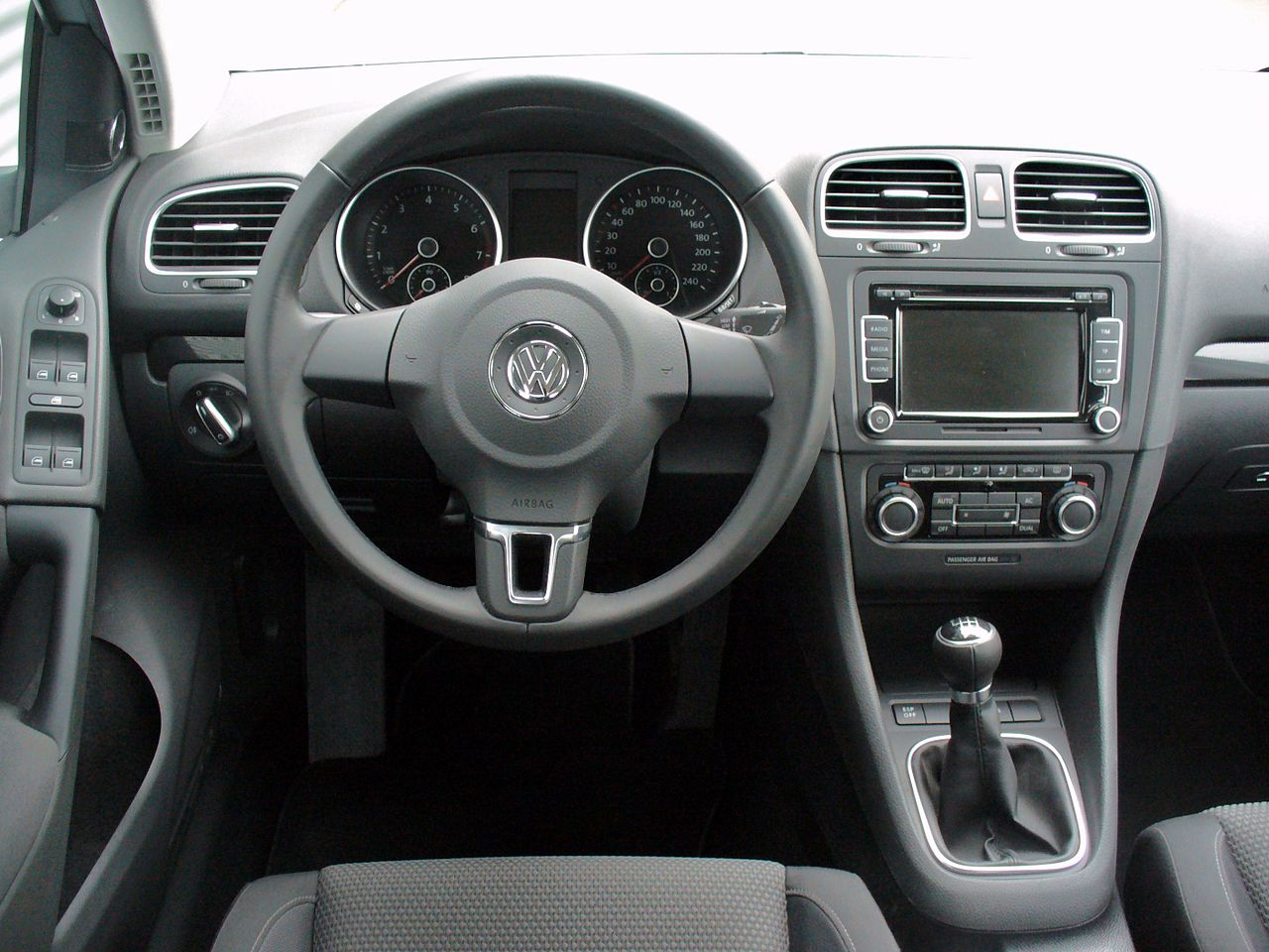 file vw golf vi 1 4 tsi 160ps comfortline reflexsilber interieur jpg wikimedia commons. Black Bedroom Furniture Sets. Home Design Ideas