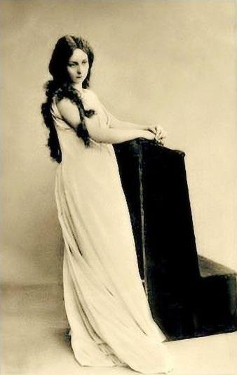 https://upload.wikimedia.org/wikipedia/commons/thumb/a/a9/Vera_Komissarzhevskaya_as_Desdemona_role_%28Othello%29.jpg/338px-Vera_Komissarzhevskaya_as_Desdemona_role_%28Othello%29.jpg