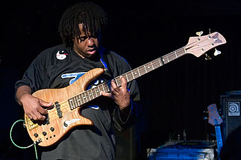 English: Victor Wooten playing his bass guitar...