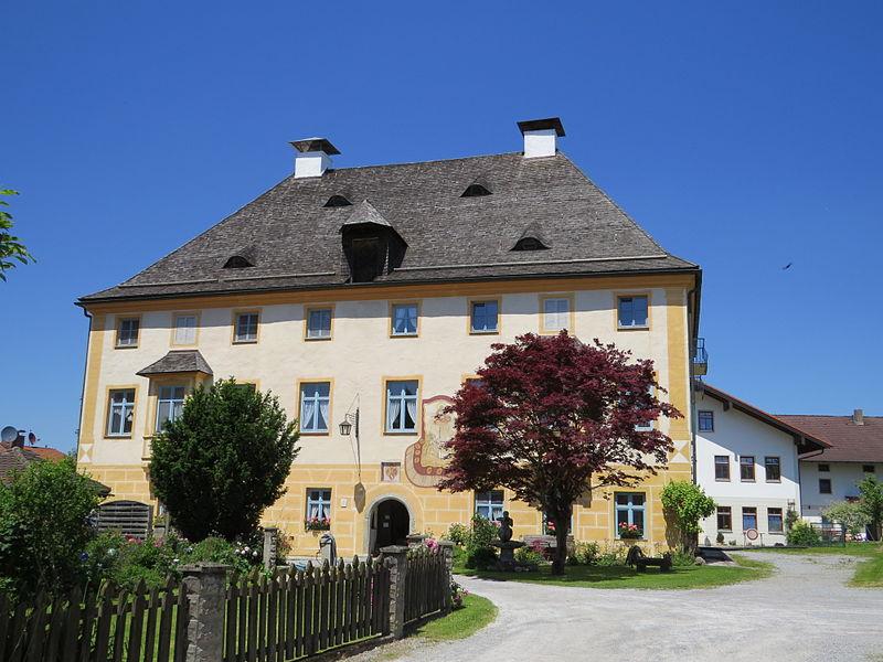 File:Vogtareuth, RO - Kirchpl Nr 8 Schloss v S.JPG