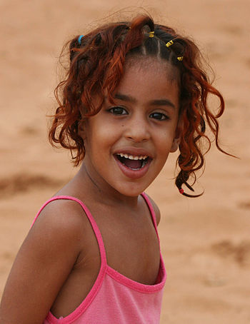 English: A young girl in Mauritania.