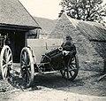 Zsákmányolt szerb 8-as löveg egy tanya udvarán a magyar csapatok bevonulása idején. Fortepan 76991.jpg