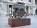 """""""Autorretrato"""" escultura en bronce de José Luis Cuevas, frente al Palacio de Bellas Artes - panoramio.jpg"""