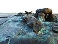"""""""Tisch am Kliff"""" zum Thema """"5000 Jahre Sylter Geschichte"""" am Grünen Kliff in Keitum am Sylt Museum, Bronze-Reliefs """"Hügelgrab"""" und """"Walfischflosse"""" von Ingo Kühl 2019.jpg"""