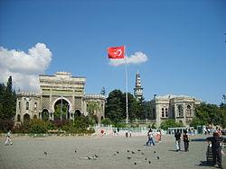 İstanbul Üniversitesi'nin simgesi olan giriş kapısı ve arka kısımda görülen Beyazıt Kulesi