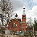 Братская могила советских воинов, погибших в борьбе с фашистами и Никольская церковь в с. Ушаки в 2009 году.jpg