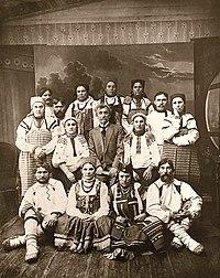 Пятницкий Митрофан Ефимович с крестьянами (1900-1910 ).jpg