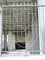 מנורה ומגן דוד על גדר (4352915841).jpg