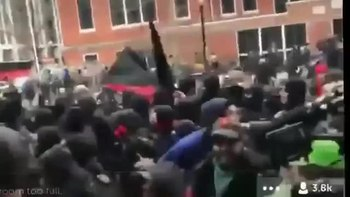 Fichier:-DisruptJ20 DC- Black Bloc attacking police line to break out of a kettle.webm