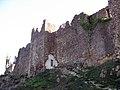 007 Castell de Montsoriu, mur i torre oest.jpg
