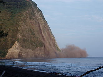2006 Kiholo Bay earthquake - Cliff falling in Waipio Valley during the earthquake