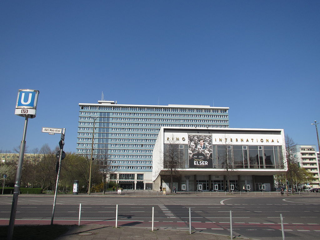 1024px-20150415_xl_3666-Berlin-Bezirksamt-Mitte-Kino-International.JPG