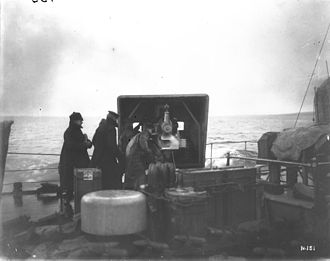 QF 4-inch naval gun Mk V - LA gun and crew on HMS Galatea, February 1917