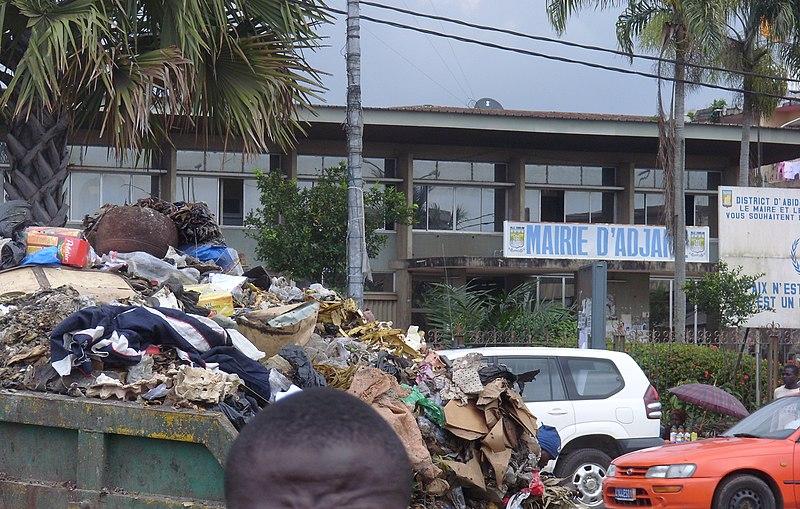 File:Adjamé garbage devant la mairie.JPG